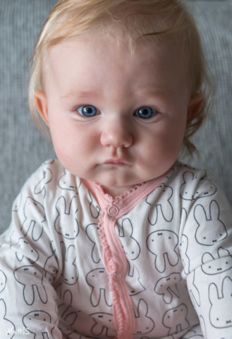 Ganska nyvaken och mycket nyfiken liten bebis.